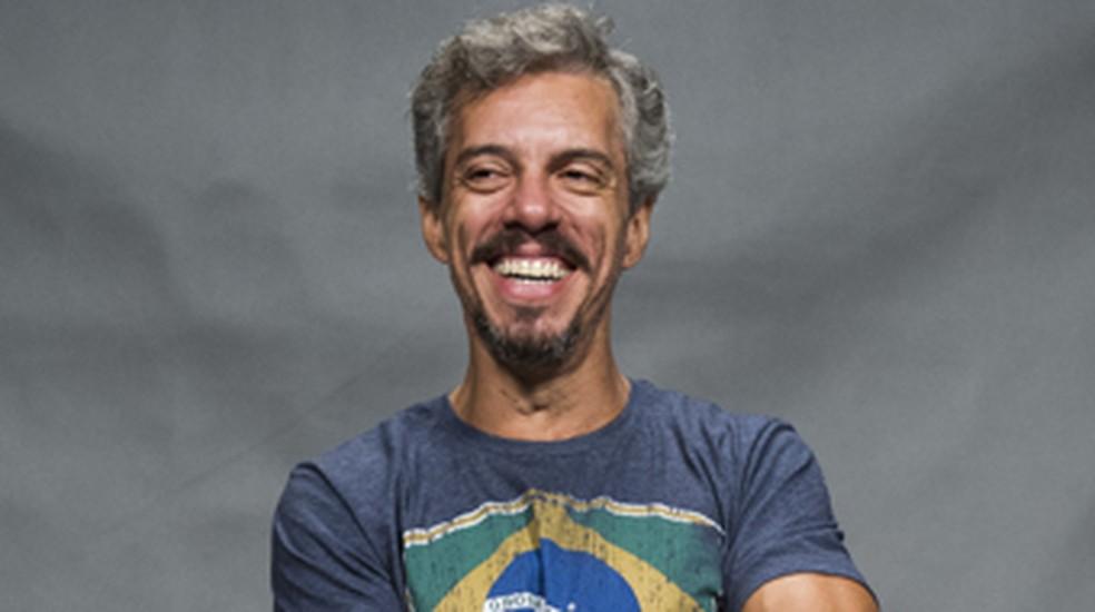 Osvaldo Mil é Cosme, em 'A Dona do Pedaço', pai de Edilene (Cynthia Senek) e motorista de Otávio (José de Abreu) — Foto: Caiuá Franco/ Globo