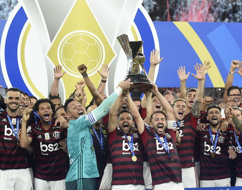 Flamengo levanta taça de campeão brasileiro — Foto: André Durão