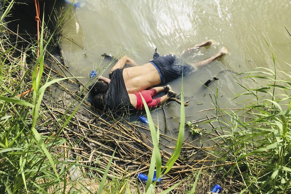 Óscar Ramírez e a filha, Angie Valeria, morreram afogados quando tentavam cruzar rio na fronteira entre México e Estados Unidos — Foto: Julia Le Duc/AP