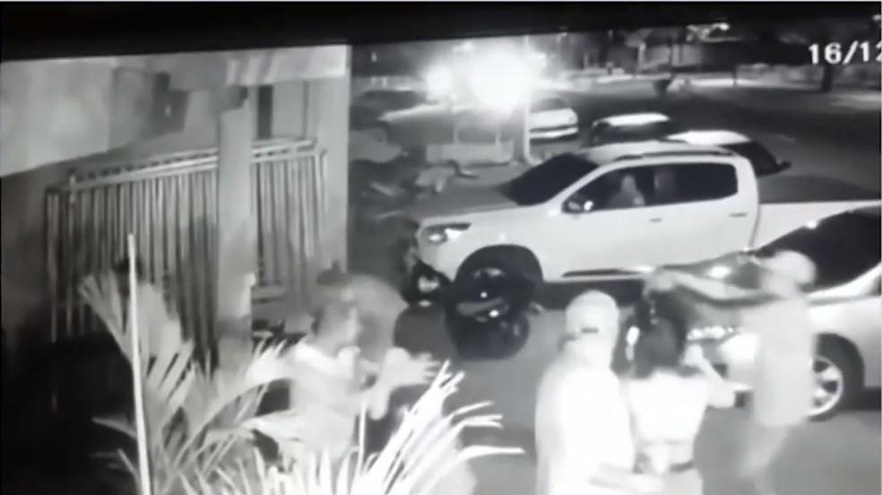 Imagens de câmeras flagraram assassinato de segurança de bar  — Foto: Reprodução/TV Bahia