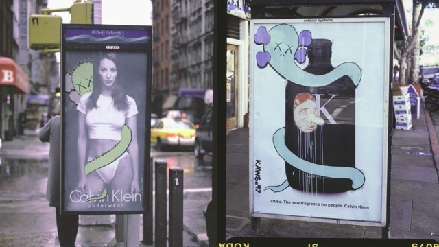 Os primeiros trabalhos de sucesso de KAWS: intervenções em propagandas de rua (Foto: Reprodução)