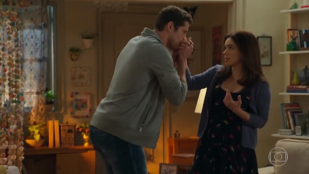adônis (José Loreto) agradece a Shirlei (Sabrina Petraglia) - 'Haja Coração' — Foto: Globo