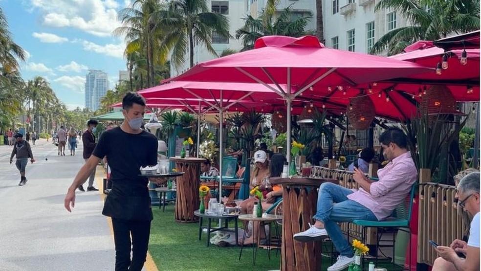 Proprietários de restaurantes na turística Miami Beach reclamam que não conseguem preencher vagas — Foto: Getty Images via BBC
