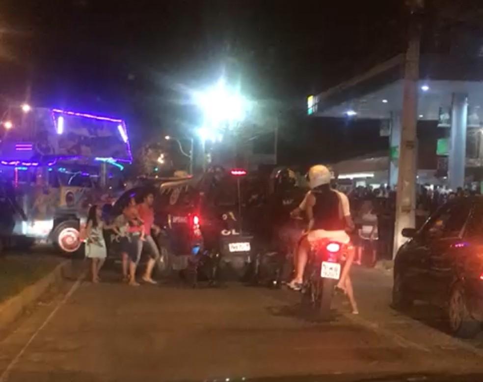 Policial relatou ao G1 que policiais abordaram um homem armado no veículo, que estava com várias crianças no momento do tiroteio (Foto: Reprodução/Facebook)