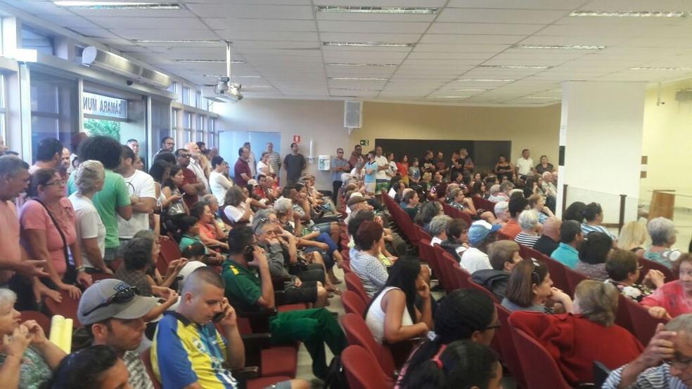 Câmara de Peruíbe ficou lotada durante sessão (Foto: G1 Santos)