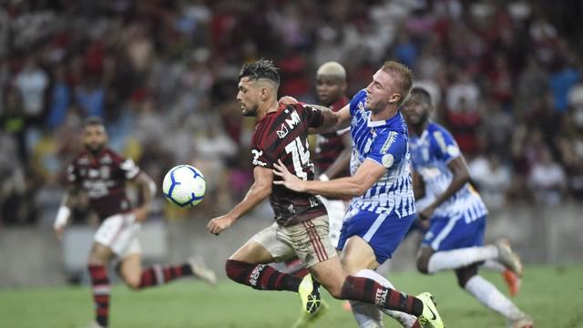 Bola rolou com dificuldade na partida entre Flamengo e Avaí