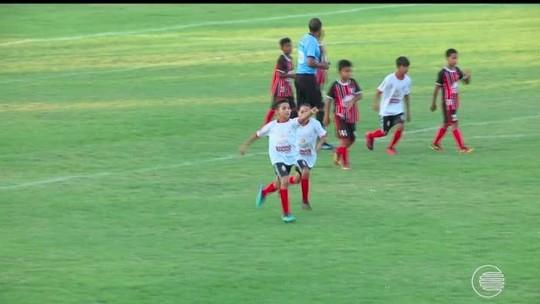 Vídeo: time enlouquece com gol da vitória no fim, festeja, mas não percebe juiz marcar impedimento