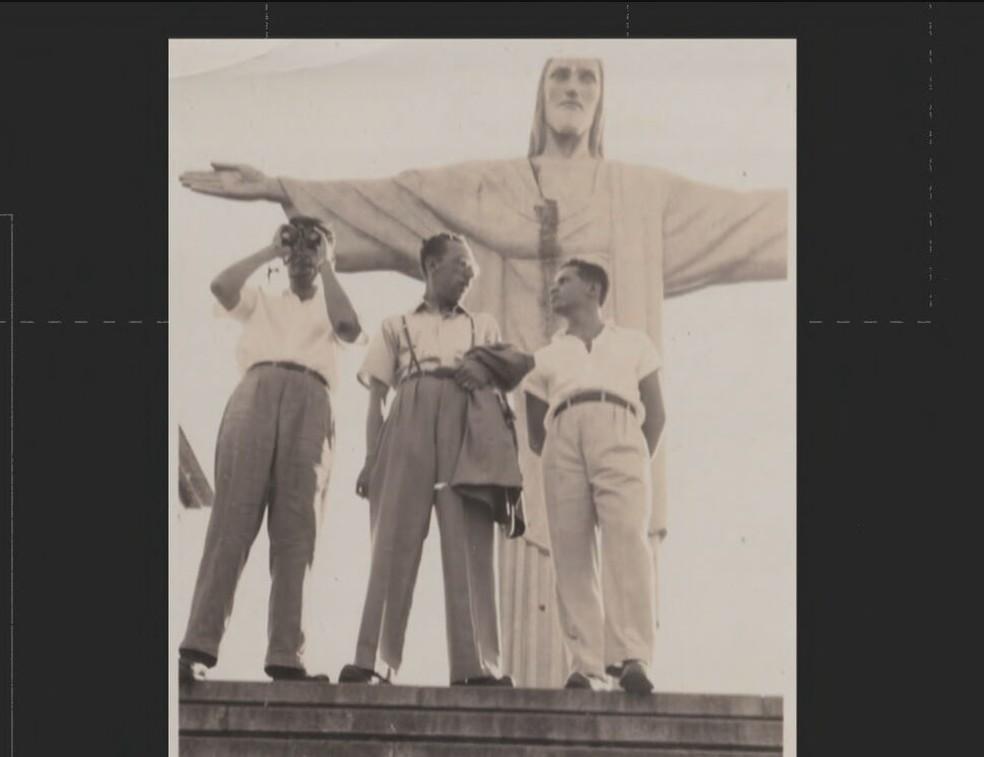 O jornalista Rafael Cosme conseguiu reunir uma coleção de fotos antigas do Cristo Redentor que retrata o estilo de vida dos moradores da Cidade Maravilhosa — Foto: Reprodução TV Globo