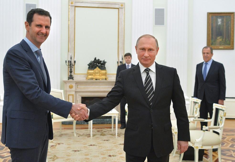 Presidente russo, Vladimir Putin, cumprimenta presidente sírio, Bashar al-Assad, em encontro no Kremlin, em Moscou, em imagem de arquivo (Foto: Alexei Druzhinin, RIA-Novosti/ AP)