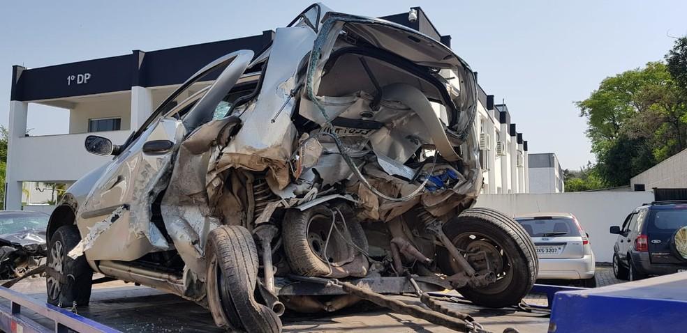 Carro ficou destruído após acidente em rodovia de Jundiaí — Foto: Moniele Nogueira/TV TEM