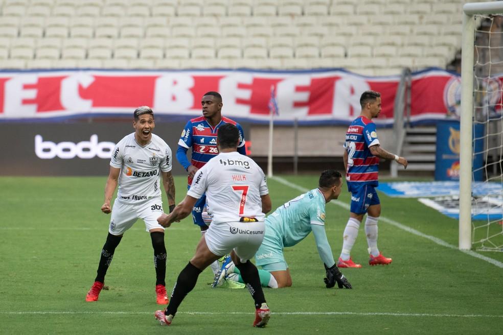 Zaracho comemora gol do Atlético-MG com o Hulk — Foto: Kely Pereira/AGIF