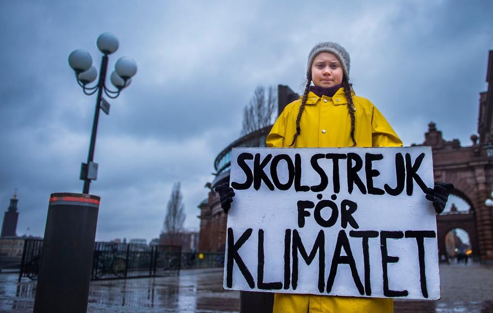 """Greta Thunberg, de 15 anos, protesta em frente ao Parlamento da Suécia com o cartaz: 'Greve das escolas pelo clima"""" (Foto: TT News Agency/Hanna Franzen via Reuters)"""