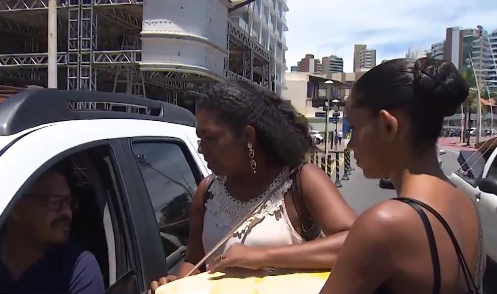 Ed e a mãe estão vendendo picolé nas ruas de Salvador, para conseguir viajar para a Alemanha — Foto: Reprodução/TV Bahia