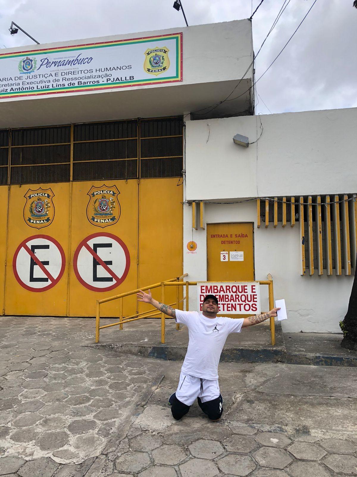 Cantor Mc Boco é solto um ano e quatro meses após prisão por tráfico de drogas no Recife; veja vídeo
