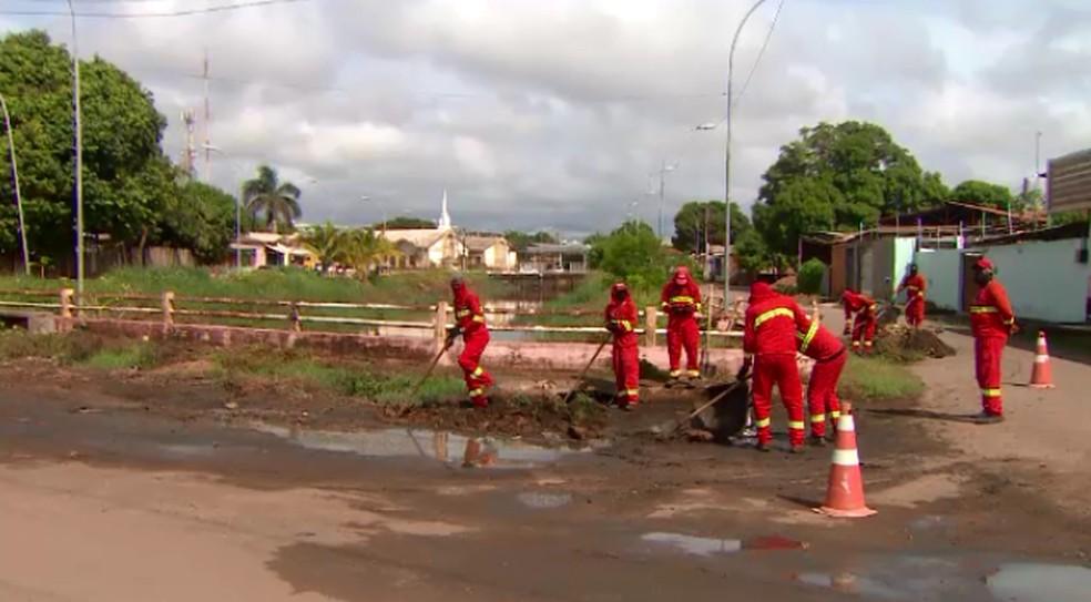 Garis da prefeitura realizam limpeza no entorno do canal do Beirol  — Foto: Rede Amazônica/Reprodução