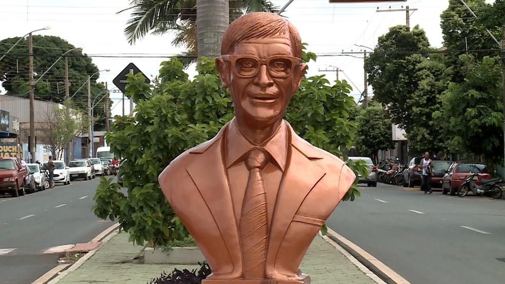 Busto do médium Chico Xavier em Uberaba — Foto: Reprodução/TV Integração