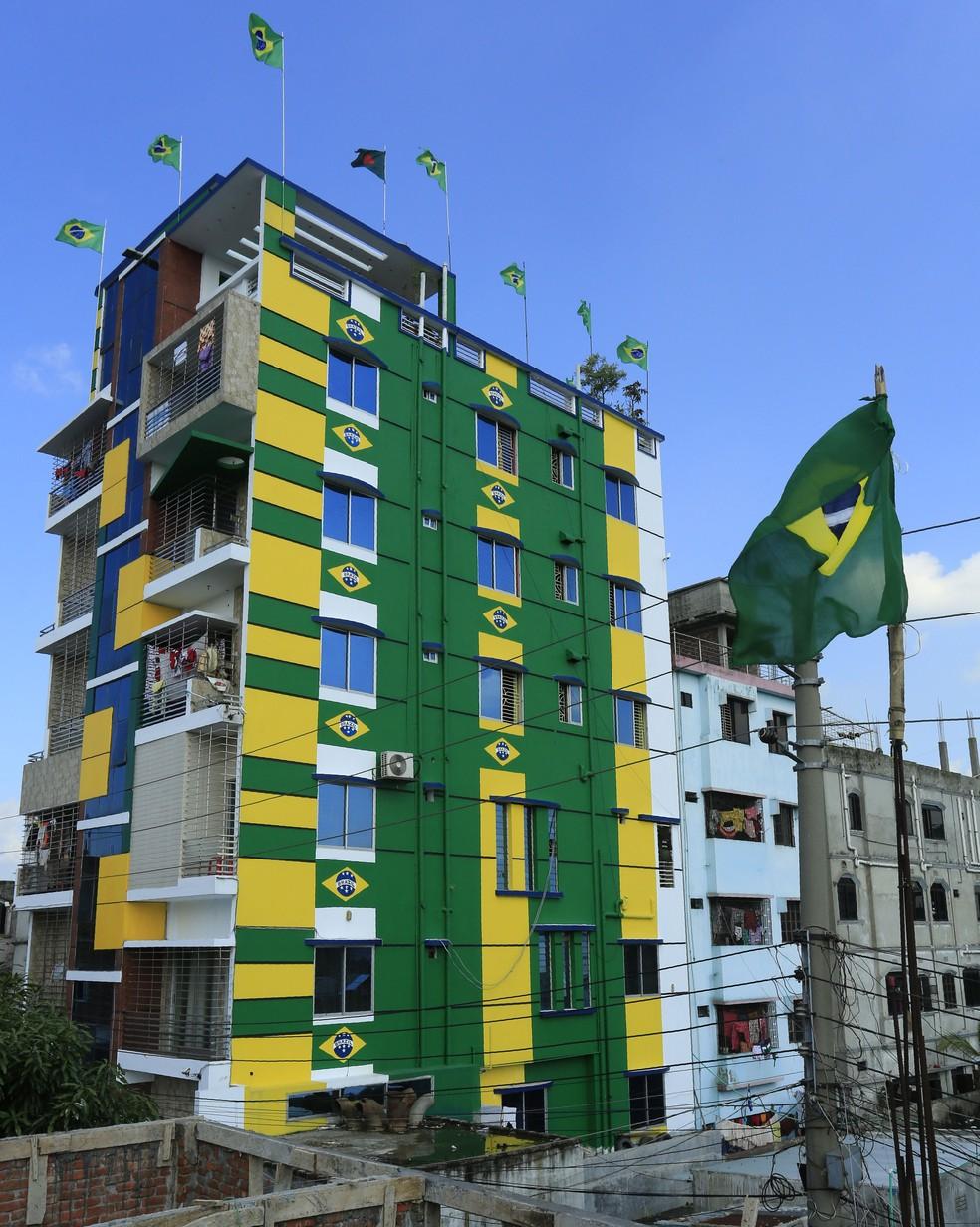 Fachada de prédio decorada com cores da bandeira do Brasil em Naraygong, Bangladesh, em foto de 5 de junho (Foto: AFP)