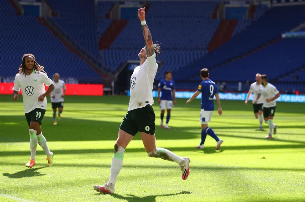 Weghorst comemora um dos gols do Wolfsburg sobre o Schalke 04 — Foto: Dean Mouhtaropoulos/Getty Images