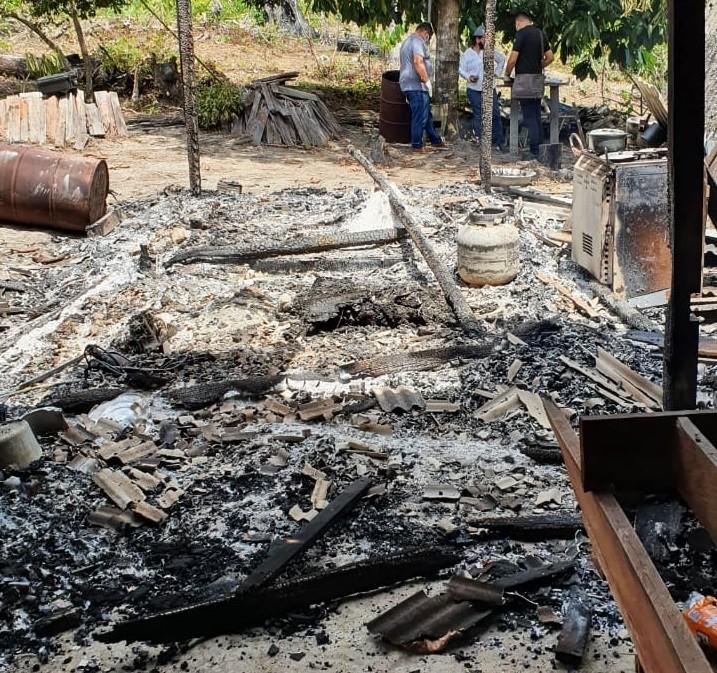 Corpo de idoso é encontrado dentro de casa incendiada em área rural de Vitória do Jari