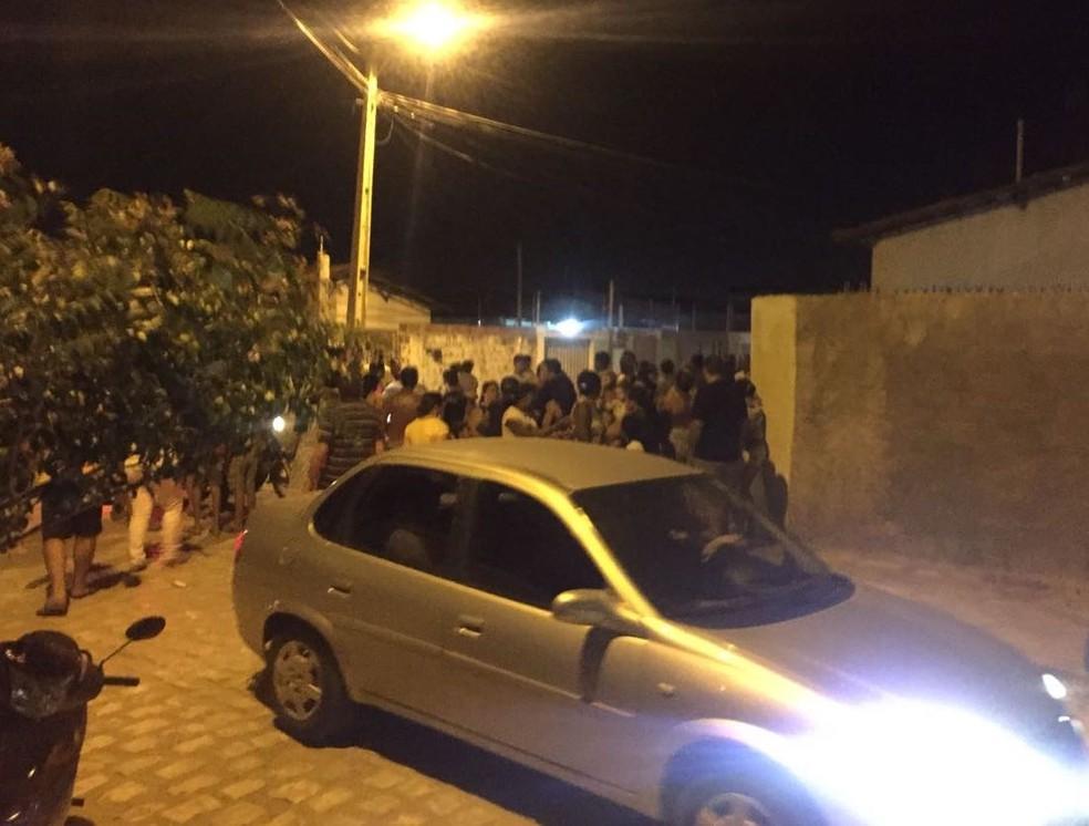 Mulher é morta em casa e marido baleado em Mossoró. (Foto: Delano Lênin / Inter TV Costa Branca)