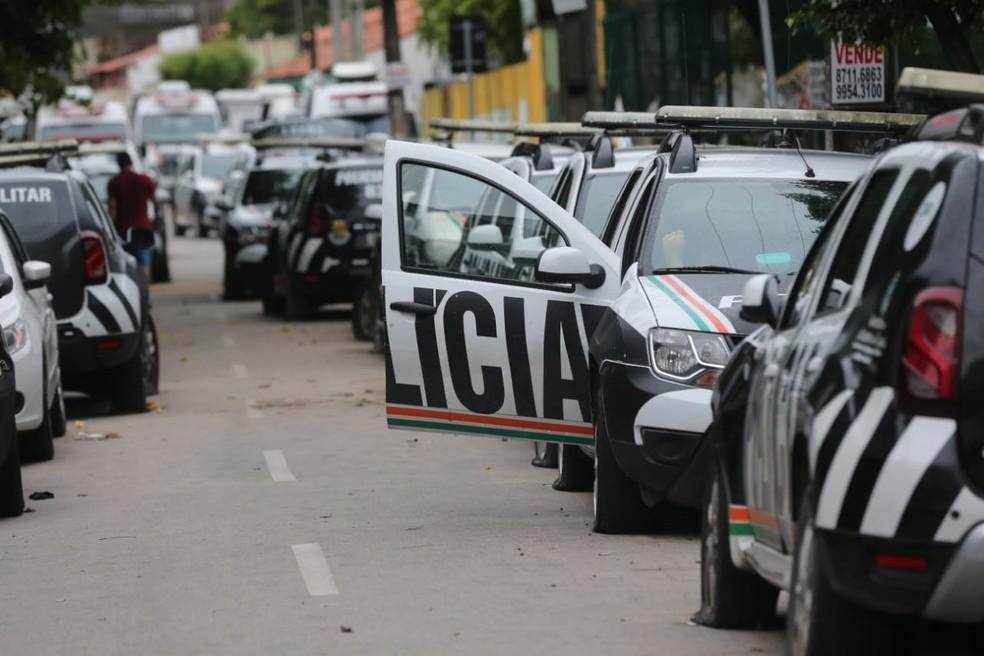 Carros das forças de segurança do Ceará continuam com pneus furados ao redor do 18º Batalhão da Polícia Militar.  — Foto: Fabiane de Paula/SVM
