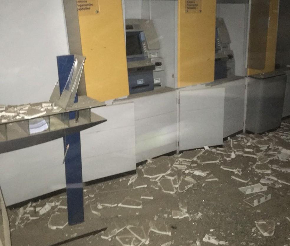 Quadrilha atacou o bando durante a madrugada. Prédio ficou destruído.  (Foto: Reprodução/TVM)