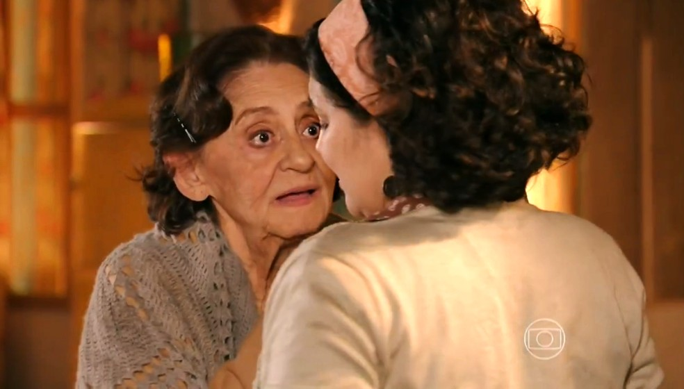 Veridiana (Laura Cardoso) diz a Maria Adília (Inez Vianna) que ela está segura no sítio - 'Flor do Caribe' — Foto: Globo