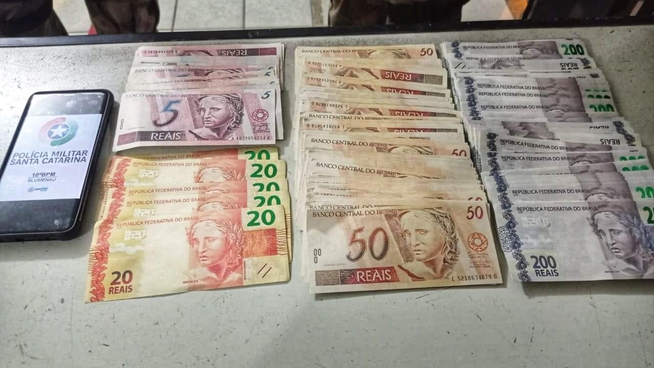 Polícia apreende jovens com R$ 31 mil em notas falsas nas cuecas em Blumenau
