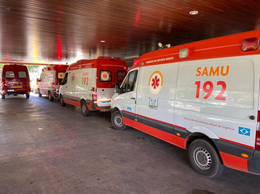 Ambulâncias do Samu na entrada no Hospital Walfredo Gurgel, em Natal. — Foto: Kleber Teixeira/Inter TV Cabugi