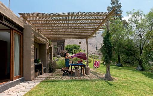 Casa de campo tem área íntima e social separadas por jardim