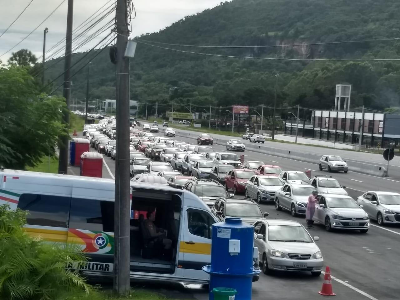 Pontos de vacinação contra a Covid-19 em Florianópolis têm filas de espera nesta sexta-feira