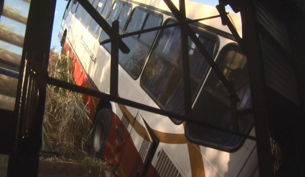 Ônibus invadiu casa no Jardim Gonzaga, em São Carlos (Foto: Marlon Tavoni/EPTV)