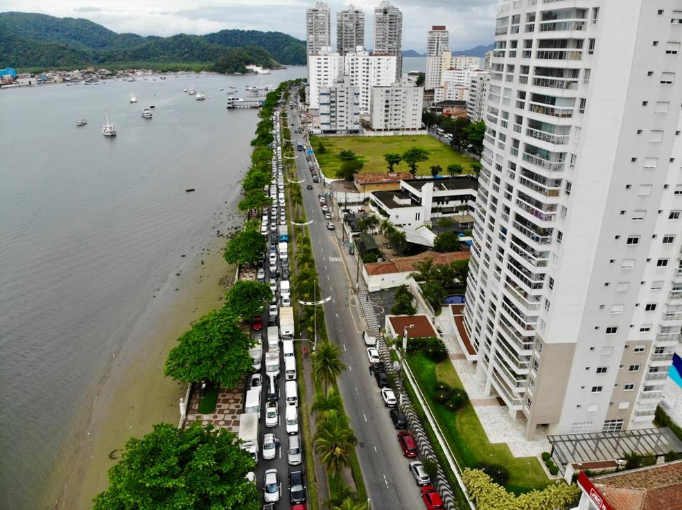 Problema na travessia de balsas causa filas enormes na orla de Santos — Foto: Rogério Soares/Jornal A Tribuna Santos