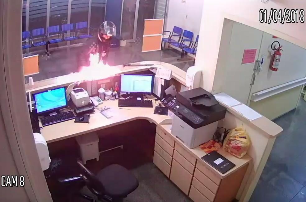 Câmera de segurança flagrou homem colocando fogo em guichê de hospital em Lajeado (Foto: Reprodução/Câmera de Segurança do Hospital Bruno Born)