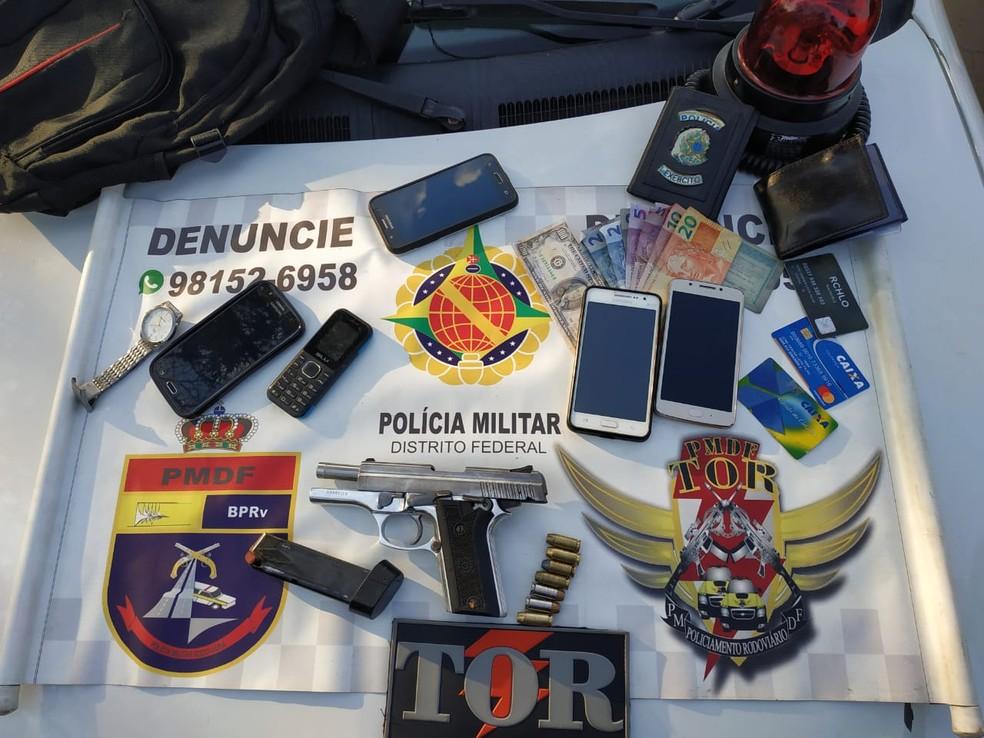 Arma, celular, dinheiro e rotorlight que estavam em posse da dupla — Foto: Divulgação/PM