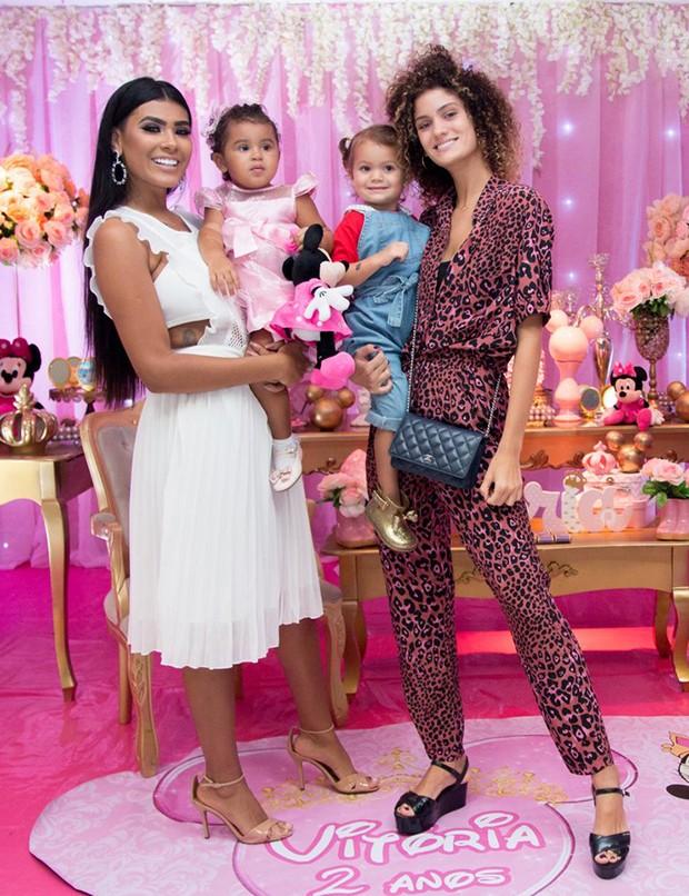 Mc Pocahontas com a filha Vitória e Laura Fernandez com Sol de Maria (Foto: Agnews)