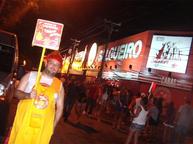 Luciano Barros vende sacolés com cachaça na quadra da escola de samba Salgueiro (Foto: Arquivo pessoal)