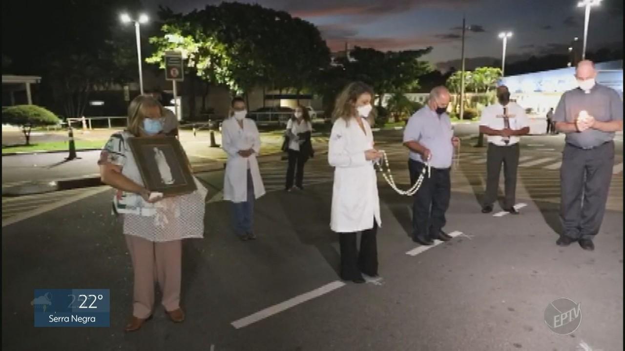 Profissionais da saúde se reúnem para rezar em frente ao Hospital da PUC-Campinas