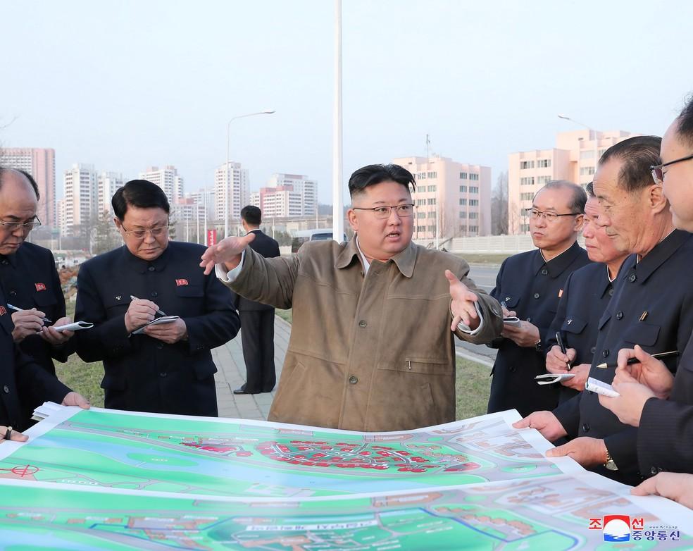 Kim Jong-un visita local de construção na margem do rio Pothong — Foto: KCNA