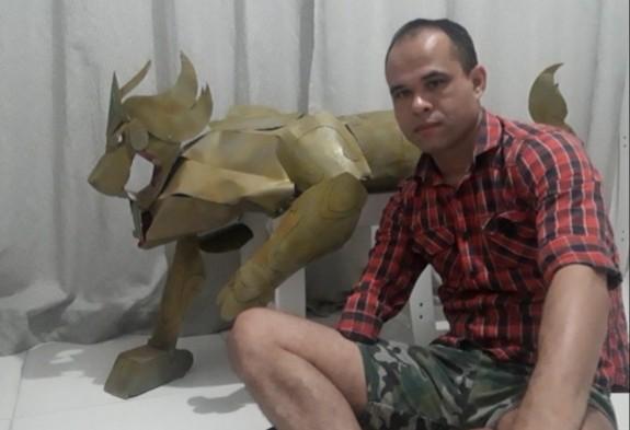 Artista plástico com um braço supera deficiência e faz réplica de armadura em tamanho real: 'Nada vem fácil'