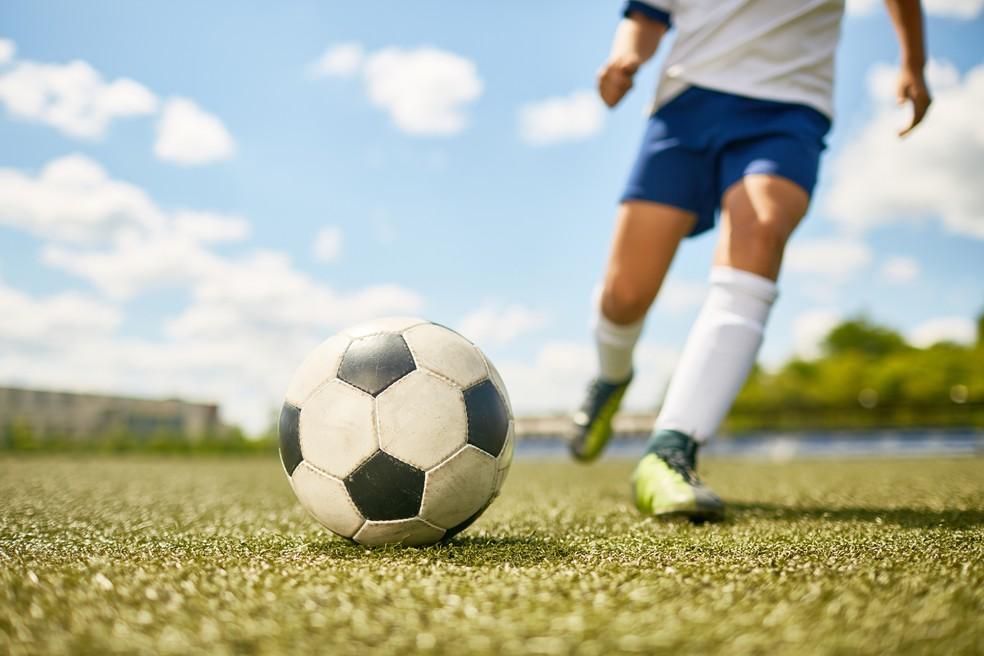 Jogar bola fortalece as articulações, mas é preciso cuidado com o contato (Foto: iStock Getty Images)