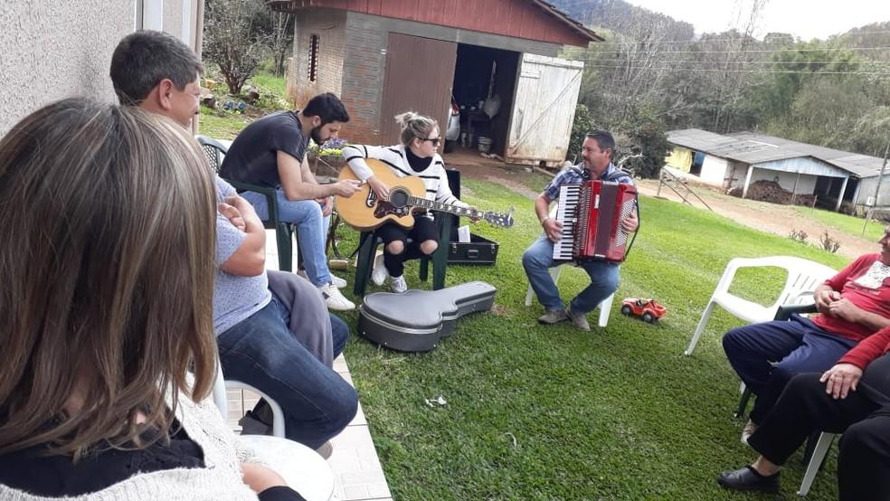 Marine desenvolveu o gosto pela música em casa, com o pai e as irmãs (Foto: Arquivo pessoal)