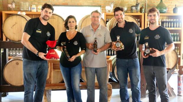 Da esquerda para direita: Bruno, Agueda, Ademilson, Giovanni e Breno Tápparo, donos do Engenho Dom Tápparo (Foto: Leandro Gasparetti/Divulgação)
