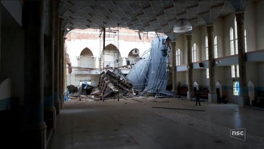 Parte do teto da igreja matriz de Praia Grande desaba durante reforma