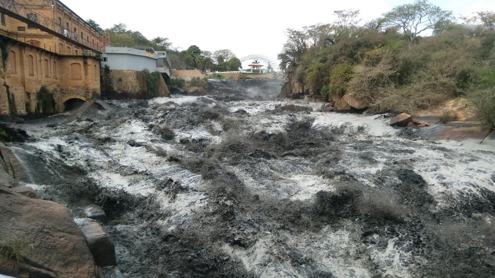 Água do Rio Tietê ficou escura em trecho que passa por Salto — Foto: Gilberto Esquerdo/Arquivo pessoal