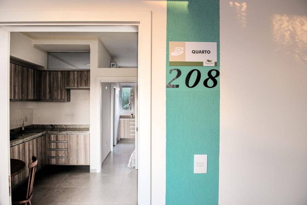 Na entrada de cada apartamento está o número da acomodação em tamanho grande para facilitar a identificação dos moradores: Monitoramento e segurança 24 horas   — Foto: Crédito: Studio Davi Rosa