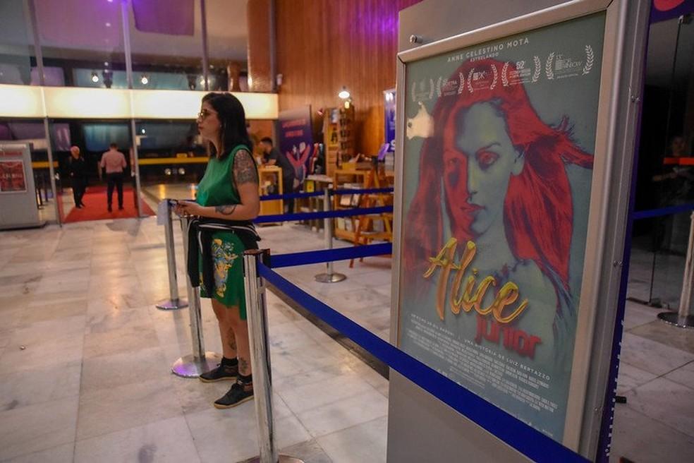 """Exibição do longa-metragem """"Aline Júnior"""", do paranaense Gil Baroni, na Mostra Competitiva do 52º Festival de Brasília do Cinema Brasileiro — Foto:  Mayangdi Inzaulgarat/Divulgação"""