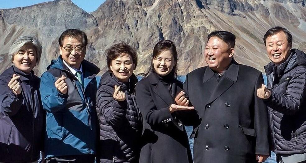 A foto parece mostrar o lado bem-humorado do líder norte-coreano — Foto: SOUTH KOREA BLUE HOUSE / TWITTER