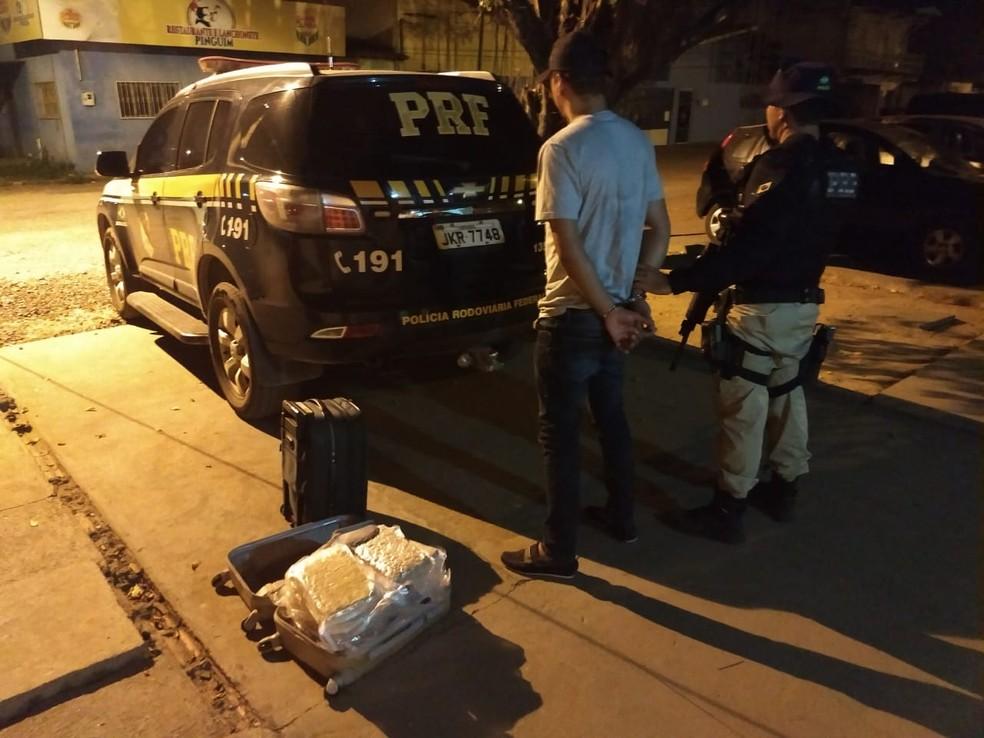 -  Homem é preso transportando mais de 10 quilos de skunk, variação da maconha, na rodovia BR-230, em Marabá  Foto: Ascom/PRF