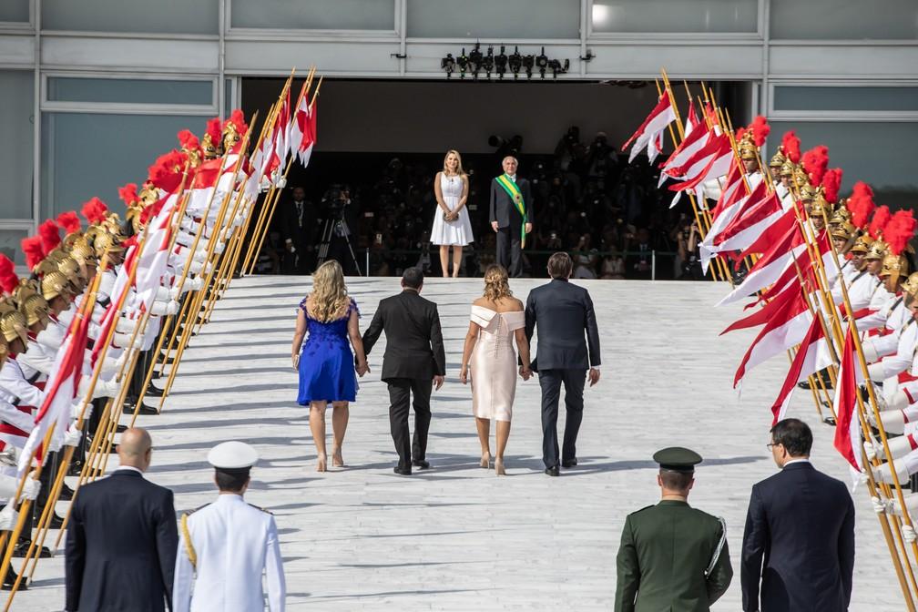 Bolsonaro sobe a rampa do Palácio do Planalto acompanhado de sua mulher, Michelle, além do vice-presidente Mourão e sua mulher, enquanto Michel Temer o aguarda no topo — Foto: Fábio Tito/G1